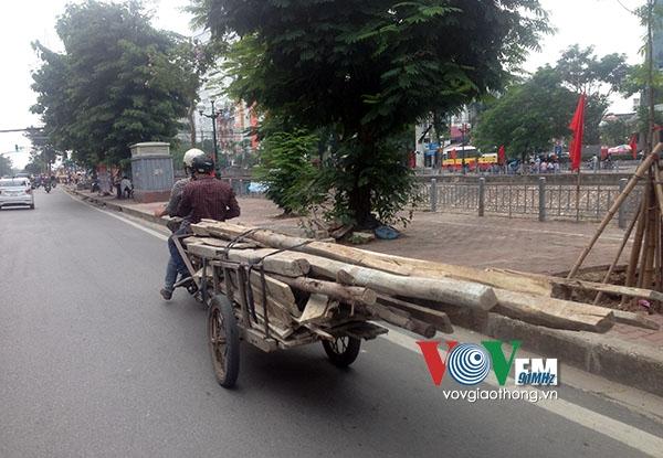 Không chỉ tôn, sắt, thép, cả những thanh gỗ cũng được chất lên xe, buộcvài vòng dây lỏng lẻovà chở đi theo phương thức trên.(Ảnh:vovgiaothong.vn)