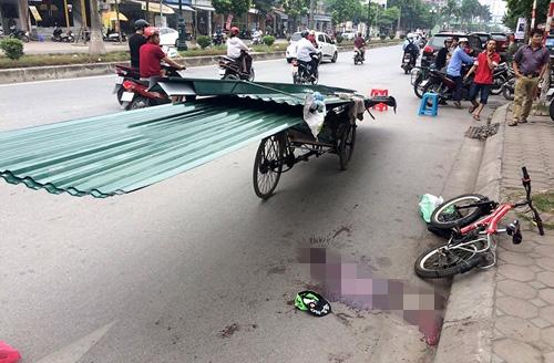 Vụ việc ngày 23/9 đãkhiến một bé trai tử vongdo mải chạy xe đạp và cười đùanênvô tình ngã vào góc nhọn của tấm tôn. Hiện trường vụ việc là vũng máu lênh láng và chiếc xe đạp cùngchiếc mũ của cháu bé. (Ảnh: Internet)