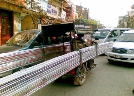 Không chỉ những nguy hiểm rình rập, mà hình thức vận chuyển này còn góp phần gây tắc nghẽn giao thông.(Ảnh: Internet)
