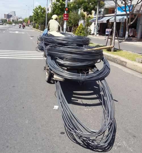 Nếu chẳng may những vòng dây buộc rơi ra thì lậptức gây nguy hiểm cho những người phía sau.(Ảnh: Internet)