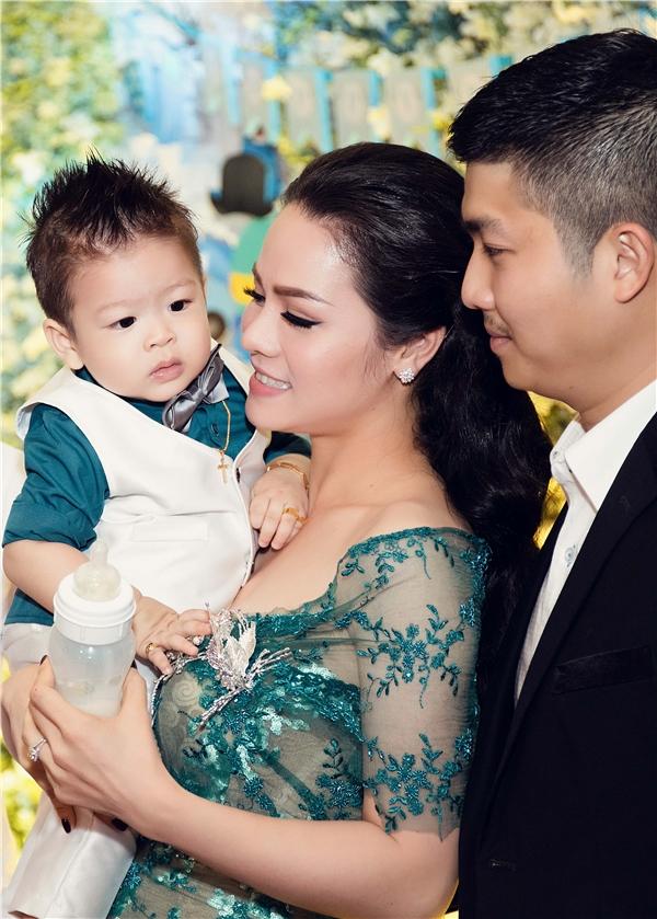 Nhật Kim Anh bày tỏ cô rất hạnh phúc khi làm mẹ và không ngại cho con trai khám phá mọi thứ để phát triển trí thông minh. - Tin sao Viet - Tin tuc sao Viet - Scandal sao Viet - Tin tuc cua Sao - Tin cua Sao