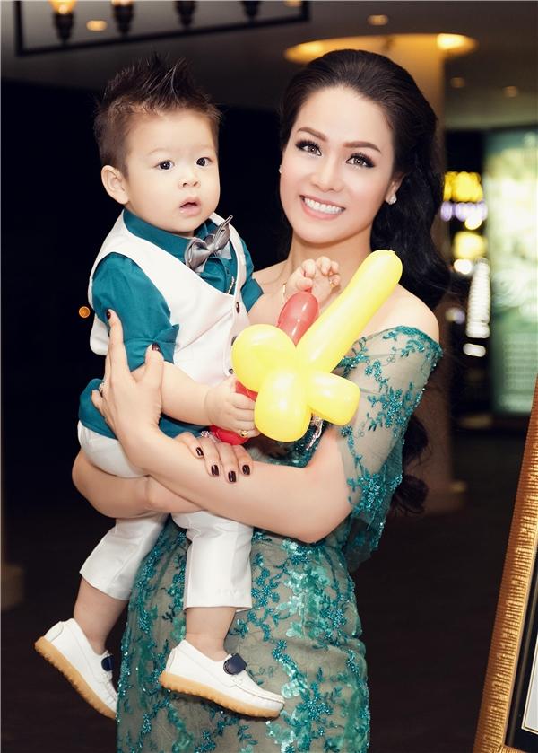 Trước đó, gia đình Nhật Kim Anh đã tổ chức tiệc cho bé tại Cần Thơ và đây là lần haigiọng ca Mưa đã tạnhmở tiệc để đãi bạn bè tại Tp.Hồ Chí Minh. - Tin sao Viet - Tin tuc sao Viet - Scandal sao Viet - Tin tuc cua Sao - Tin cua Sao
