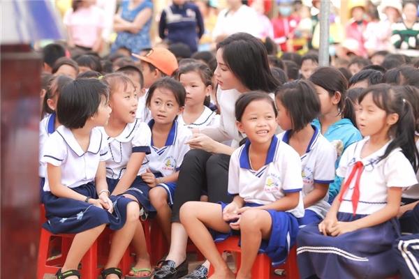 Sự thật về bức ảnh Hoa hậu Kỳ Duyên đi từ thiện 200km bằng xe máy - Tin sao Viet - Tin tuc sao Viet - Scandal sao Viet - Tin tuc cua Sao - Tin cua Sao