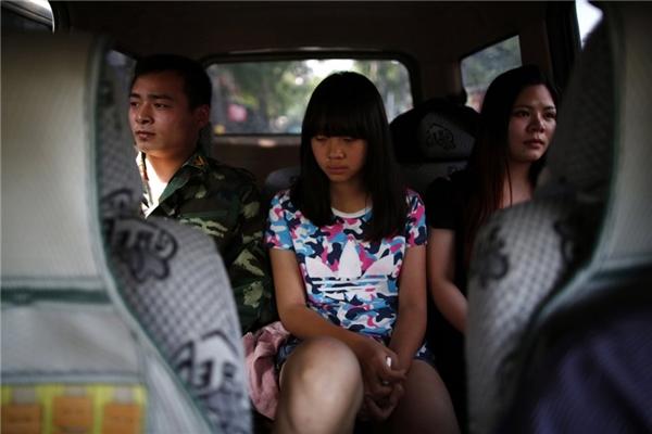 """Một thiếu niên Trung Quốc trên đường đến """"trại cai nghiện"""".(Ảnh: Internet)"""