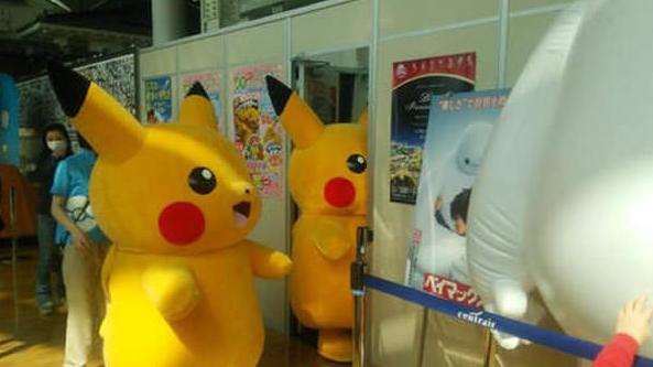 Từ cửa thường đến cửa thang máy, nơi nào có cửa nơi đó Pikachu sẽ bị kẹt.