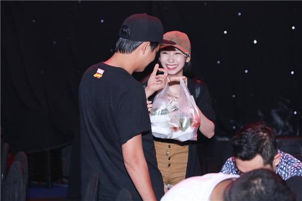 Đặc biệt, bạn gái của chàng Bắp - nữ ca sĩ Khổng Tú Quỳnh cũng có mặt tại buổi tổng duyệt. Cô ăn mặc khá giản dị, đội nắngmang cơm trưa cho người yêu. - Tin sao Viet - Tin tuc sao Viet - Scandal sao Viet - Tin tuc cua Sao - Tin cua Sao