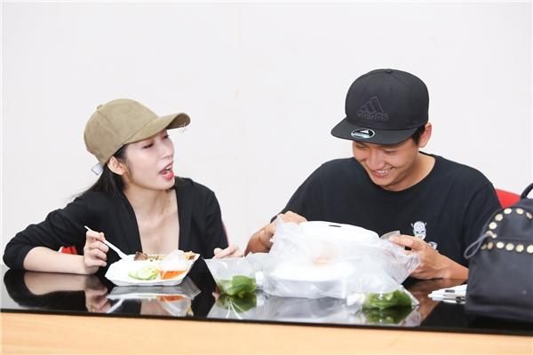 Cả hai nhanh chóng di chuyển vào phòng hậu trường để dùng bữa trước khi lên sân khấu chạy tổng duyệt chương trình. - Tin sao Viet - Tin tuc sao Viet - Scandal sao Viet - Tin tuc cua Sao - Tin cua Sao