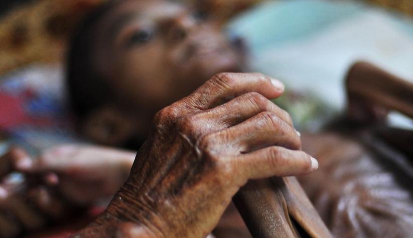 Nằm trên giường bệnh, Syifa không làm được gì cả, thậm chí các ngón tay cũng không thể nhúc nhích.