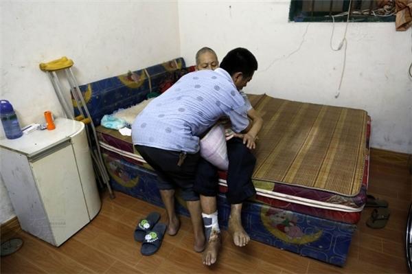 Cảm động chàng trai đưa người bố bệnh tật đến chỗ làm mỗi ngày