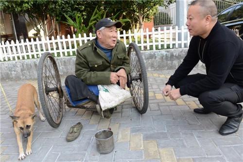 Ông Phóbị liệt ở chân, suốt nhiều nămbên cạnh ông luôn luôn có một người bạn đi theo bảo vệ, đó là Tiểu Hoàng.