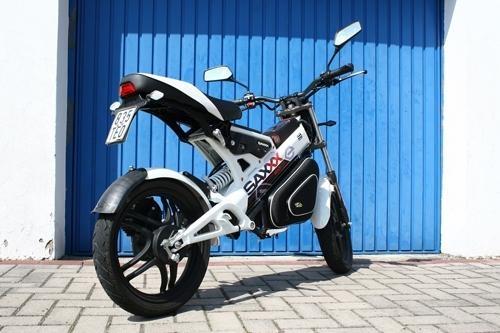 Bạn tin không: Chiếc xe điện quái dị này có giá hơn cả xe máy