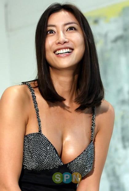 Hoa hậu Hàn 1995 Han Sung Joo từng gây xôn xao dư luận khi nhiều hình ảnh phòng the của cô bị lộ. Clip nhạy cảm đã khiến người đẹp trở thành tâm điểm chỉ trích của dư luận.