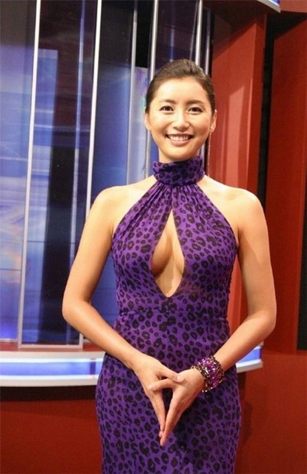 """Sau sự việc này, sự nghiệp của Han Sung Joo đứng """"bên bờ vực thẳm"""". Cô bị các nhà đài ngoảnh mặt, kết thúc hợp đồng. Người đẹp còn bị cảnh sát điều tra nghi vấn bán dâm.Từ một MC hàng đầu, Hoa hậu hoàn quốc 1995 trở thành người thất nghiệp."""