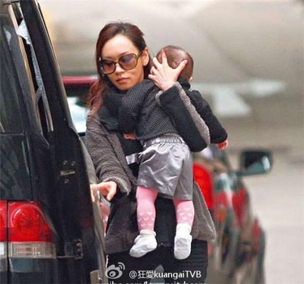 Người đẹp kết thúc cuộc tình tay trắng với đại gia, sống cảnh nuôi con một mình và chuyển sang Đại lục. Cô từ bỏ TVB, tự lập lại sự nghiệp dù không còn trẻ.