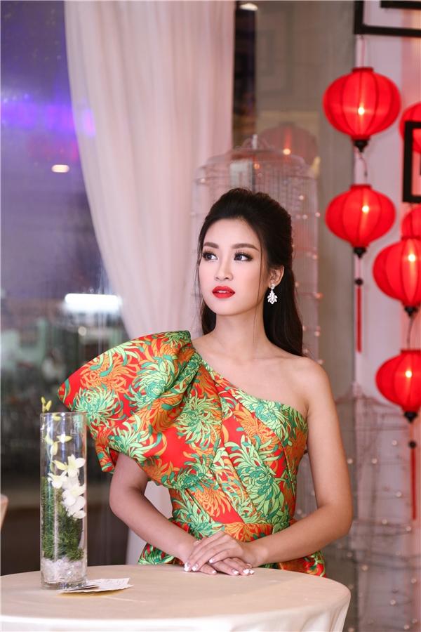 Mỹ Linh, Thanh Tú, Thùy Dung khoe sắc với váy hoa cúc