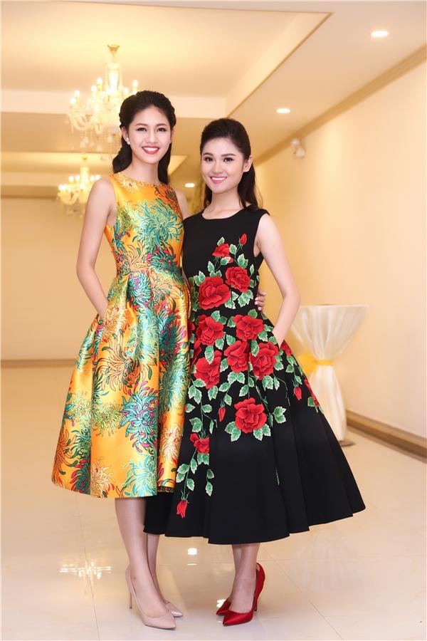 Thùy Dung thay đổi 2 bộ cánh trong buổi tiệc: một gợi cảm với váy cúp ngực, một điệu đà, thanh lịch với váy xòe họa tiết hoa thêu tay tỉ mỉ, kì công.