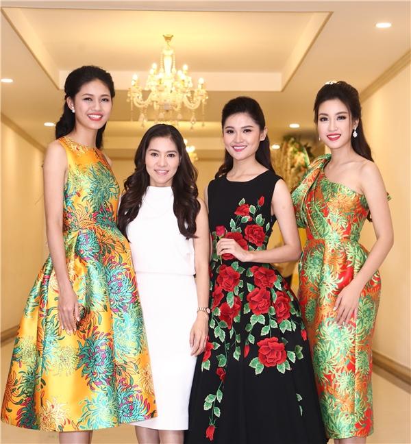 Trong buổi tiệc, theo chia sẻ từ ban tổ chức, trong gần một tháng qua, các cô gái của Hoa hậu Việt Nam 2016 đã có những trải nghiệm thú vị với các hoạt động thiện nguyện ý nghĩa. Song hành với các hoạt động cộng đồng, Hoa hậu Đỗ Mỹ Linh và Á hậu Thanh Tú còn hoàn thành xuất sắc nhiệm vụ quảng bá du lịch cho đất nước Việt Nam thông qua một chương trình truyền hình.