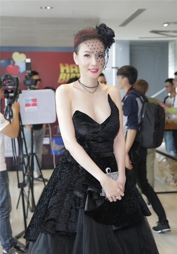 Dương Yến Ngọc khoe vẻ gợi cảm với váy áo, phụ kiện phong cách cổ điển, dự tiệc sinh nhật một kênh giải trí. - Tin sao Viet - Tin tuc sao Viet - Scandal sao Viet - Tin tuc cua Sao - Tin cua Sao