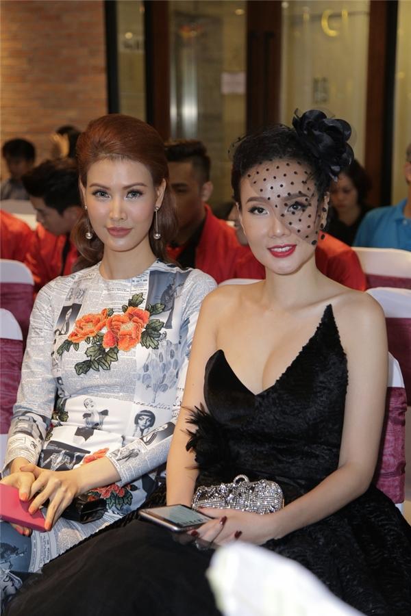 Cựu người mẫu vui vẻ hội ngộ nhiều đồng nghiệp tại sự kiện. - Tin sao Viet - Tin tuc sao Viet - Scandal sao Viet - Tin tuc cua Sao - Tin cua Sao