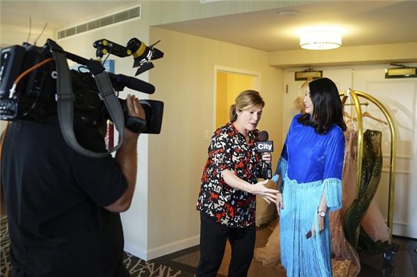 Không chỉ là khách mời đặc biệt của Western Canada Fashion Week, Hoa hậu Hà Kiều Anh còn vinh dự được ban tổ chức mời phỏng vấn cho buổi ghi hình trực tiếp trên kênh truyền hình CityTV của thành phố Edmonton tại Canada.