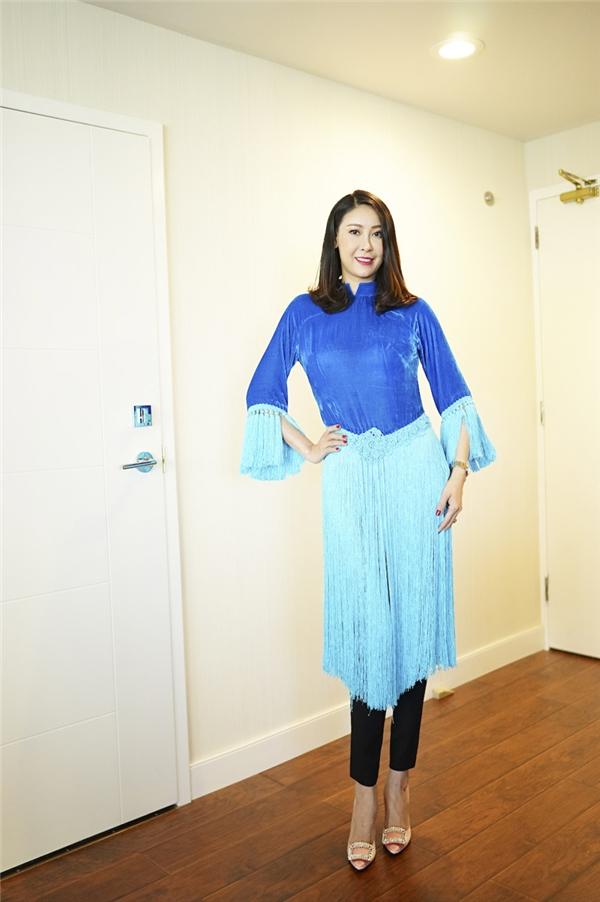 Ở buổi trò chuyện này, Hoa hậu Hà Kiều Anh xuất hiện nền nã trong thiết kế áo dài cách tân màu xanh dương tươi sáng của Hà Linh Thư.