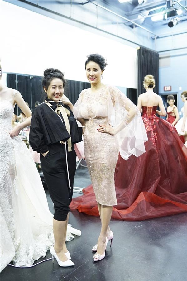 Bên cạnh đó, Hà Kiều Anh cùng nhà thiết kế Phạm Đặng Anh Thư cũng có dịp giao lưu và giới thiệu văn hóa, thời trang Việt đến công chúng phương Tây trong buổi ghi hình.