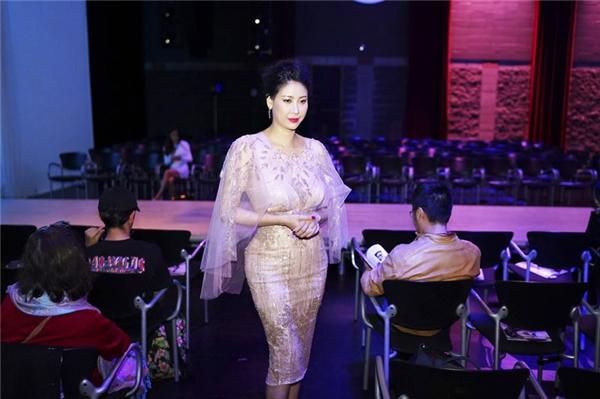 Ngoài buổi làm việc với truyền hình Canada, Hoa hậu Hà Kiều Anh đã có dịp thưởng thức những bộ sưu tập thời trang của các nhà thiết kế quốc tế trình diễn tại Western Canada Fashion Week.