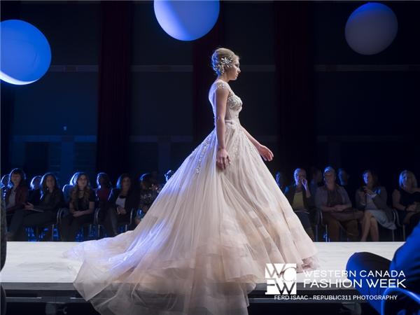 Hà Kiều Anh khoe sắc lộng lẫy tại Tuần lễ thời trang Canada