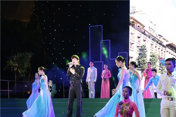 Anh đã thể hiện thật hào hùng ca khúc Tự hào thành phố tôi yêu với sự hỗ trợ của hơn 50 vũ công trên sân khấu. Phần trình diễn đặc biệt của anh đã gây ấn tượng mạnh mẽ với khán giả yêu nhạc. - Tin sao Viet - Tin tuc sao Viet - Scandal sao Viet - Tin tuc cua Sao - Tin cua Sao