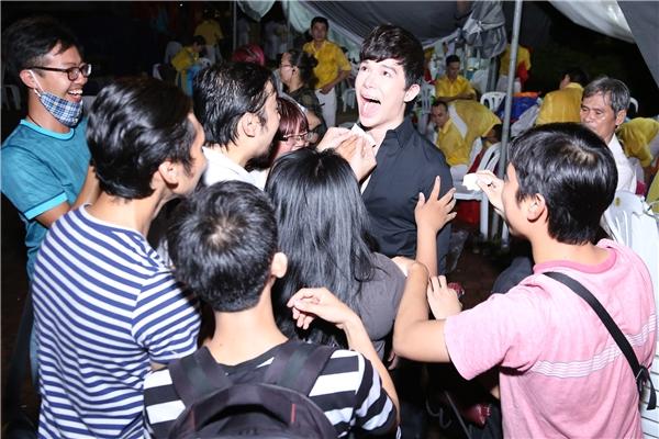 Nathan Lee choáng trước hành động quái của fan nam người Nhật - Tin sao Viet - Tin tuc sao Viet - Scandal sao Viet - Tin tuc cua Sao - Tin cua Sao