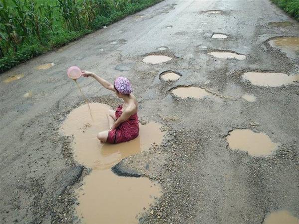 Sau khi thấy cảnh người dân quê mình hàng ngàycực khổ khi phải đi con đường đầy ổ gà nguy hiểm, cô gái đã nãy ra ý tưởng này nhằm thu hút sự chú ý của dư luận và chính quyền địa phương.