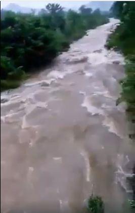 Trong khi nước phía dưới chảy cuồn cuộn, chỉ cần sảy chân rơi xuống có thể nguy hiểm đến tính mạng (Ảnh cắt từ clip)