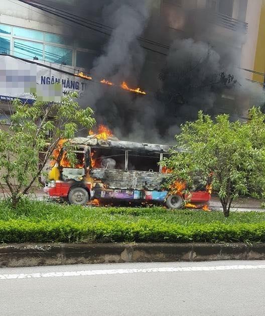 Lửa cháy cao bén vào đường dây điện dân sinh ngay gần cổng chùa Thiên Niên và mộtngân hàng gần đó