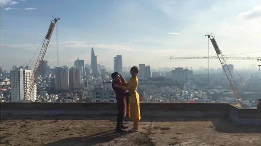 Cặp đôi thi nhau làm trò nghịch ngợm trong quá trình quay phim. (Ảnh cắt từ clip)