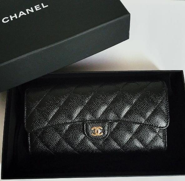 Người đẹp cũng sở hữu một chiếc túi Chanel khác màu đen. - Tin sao Viet - Tin tuc sao Viet - Scandal sao Viet - Tin tuc cua Sao - Tin cua Sao