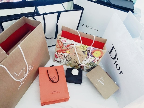 Bộ sưu tập quần áo, giày dép, phụ kiện, mỹ phẩm của Á hậu đều có sự góp mặt của những thương hiệu thời trang nổi tiếng đắt đỏ trên thế giới như Chanel, Louboutin, Gucci, Dior, Hermes,... - Tin sao Viet - Tin tuc sao Viet - Scandal sao Viet - Tin tuc cua Sao - Tin cua Sao