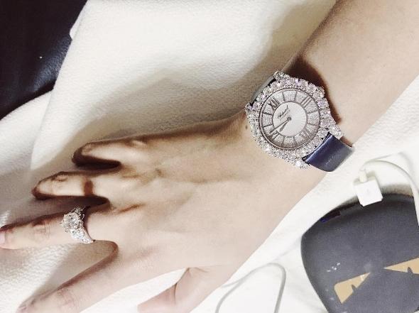 Đồng hồChopard dây đeo màu xanh trị giá 75.000 USD (khoảng 1,5 tỷ đồng). - Tin sao Viet - Tin tuc sao Viet - Scandal sao Viet - Tin tuc cua Sao - Tin cua Sao