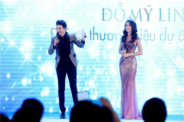 Bên cạnh đó, trong mọi dịp có thể, chàng MC điển trai luôn tỏ ra ga-lăng bằng việc khéo léo tôn vinh tân Hoa hậu Việt Nam 2016.