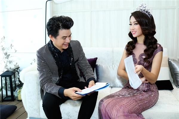 Trong sự kiện, Đỗ Mỹ Linh là đại diện thương hiệu còn Vũ Mạnh Cường là người dẫn chương trình nênnam MC và nàng hoa hậuđã có những cuộc trao đổi hết sức ân cần, chu đáo để chương trình diễn ra một cách tốt đẹp nhất.