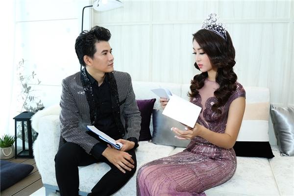 Trước khi bắt đầu chương trình, tân hoa hậu Việt Nam 2016đã tham khảo ý kiếnvới Vũ Mạnh Cường về trang phục xuất hiện sao cho đồng bộ, đẹp đôi. Cuối cùng, họ đã thỏa thuậndiện những bộ cánh vô cùng lấp lánh cho một sự kiện hoành tráng và đẳng cấp.