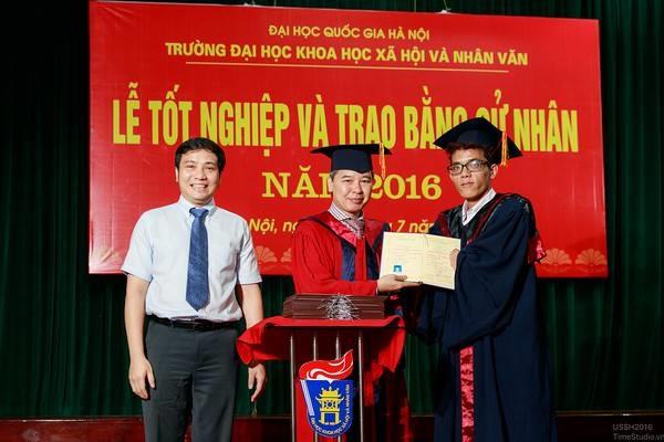 Nhân vật trong bức hình là Lỳ Láo Lở, vừa tốt nghiệp tại ĐH Khoa học Xã hội và Nhân văn