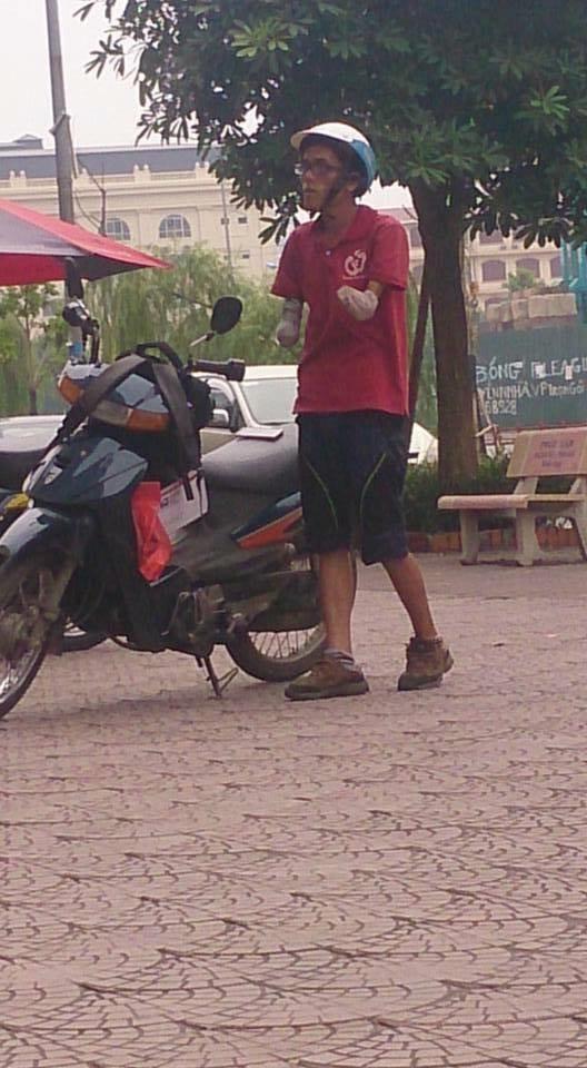 Từng ngày anh vẫn rong ruổi khắp Hà Nội đi giao hàng để kiếm sống