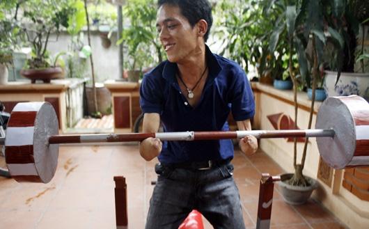 Tuy bị khuyết tật nhưngLởrất thích chơi thể thao...