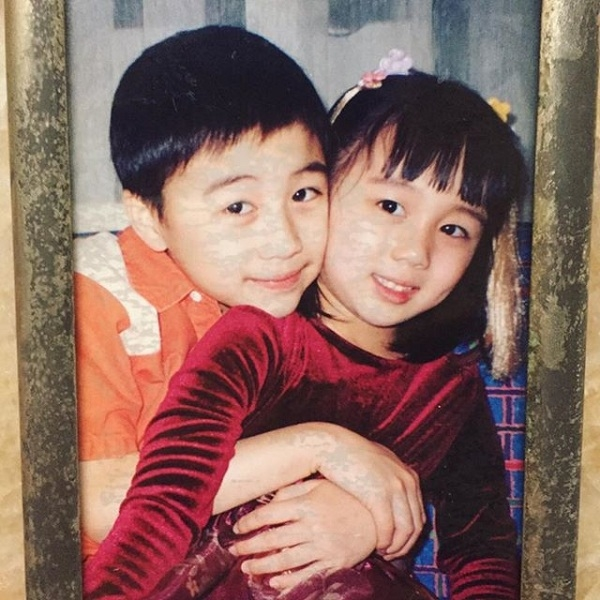 Những bức ảnh thân thiết lúc nhỏ của hai anh em được chia sẻ cùng những dòng trạng thái tình cảm, khiến không ít người ganh tị.