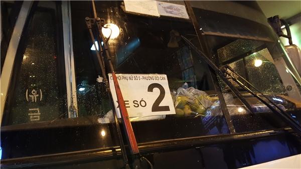 Chiếc xe khách chở đoàn du lịch chi hội phụ nữ số 5 phường Đội Cấn