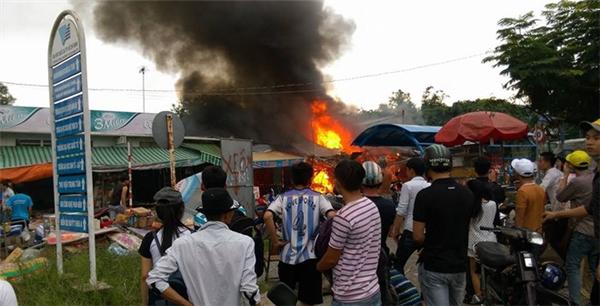 Rất đông người dân và sinh viên giúp chủ cửa hàng dập lửa nhưng bất thành. (Ảnh: Internet)