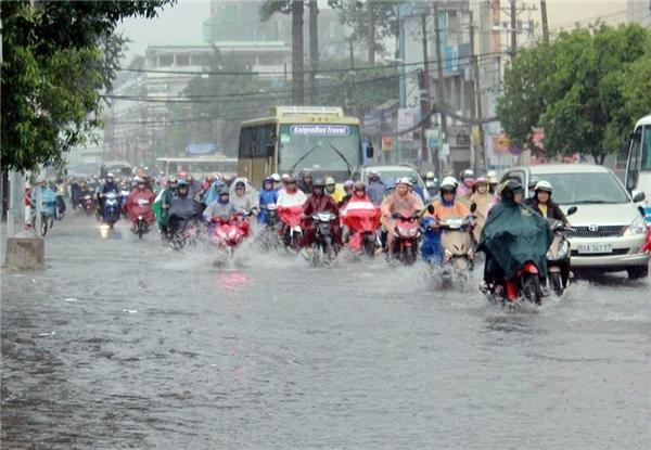 Cơn mưa bắt đầu lúc 17h00 đúng giờ tan sở khiến đường phố vốn đông càng trở nên khó lưu thông với mọi phương tiện. Ảnh: Cao Đức Tài