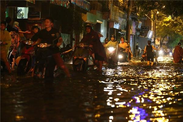 Phố Tây Sơn, nước lụt ngang đầu gối