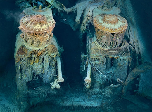 Sau khi đâm vào tảng băng, con tàu chìm hẳn xuống đại dương sau 2 giờ 4 phút. Đây cũng là độ dài của bộ phim bom tấn Hollywood Titanic.