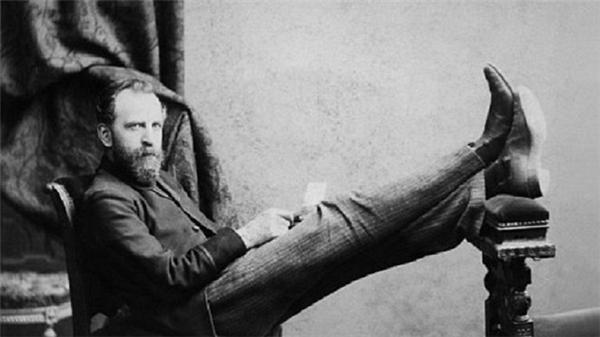 Nhà báo kiêm nhà vănWilliam T. Stead đã từngsáng tác hai câu chuyện về con tàu đắm trên Đại Tây Dương sau một vụ va chạm. Hầu hết hành khách chết đuối do thiếu thuyền cứu hộ.20 năm sau, nhà văn thiệt mạng trong thảm họa Titanic.